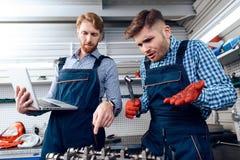 Ojca i syna praca przy auto usługa Dwa mechanika pracują z szczegółami samochód Obraz Royalty Free