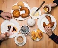 Ojca i syna ręki przy Śniadaniowym stołem handluje porcelany świeżego porcelanowe truskawek herbatę razem Rodzinny herbaty pa Obrazy Stock