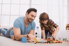 Ojca i syna rodzinny czas wpólnie w domu Obrazy Royalty Free