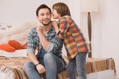 Ojca i syna rodzinny czas wpólnie w domu Zdjęcie Royalty Free