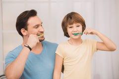 Ojca i syna rodzinny czas wpólnie w domu Zdjęcie Stock