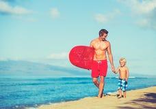 Ojca i syna surfing Obrazy Royalty Free