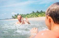 Ojca i syna sztuka w wodzie wpólnie Fotografia Stock