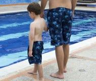 Ojca i syna trwanie poolside Fotografia Royalty Free