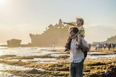 Ojca i syna turyści na tle Tanah udział - świątynia obrazy stock