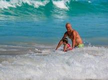 Ojca nauczania syn dlaczego surfować Obrazy Royalty Free