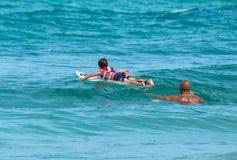 Ojca nauczania syn dlaczego surfować Zdjęcie Stock
