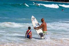 Ojca nauczania syn dlaczego surfować Zdjęcia Stock