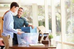 Ojca Pomaga nastoletni syn Pakować Dla szkoły wyższa zdjęcia royalty free