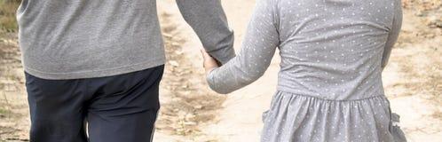 Ojca ` s ręki prowadzenie jego córka spacer widzieć zmierzch obrazy royalty free