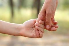 Ojca ` s ręki prowadzenie jego dziecko syn w lato lasowej naturze plenerowej obrazy royalty free