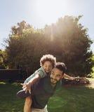 ojca syn parkowy bawić się zdjęcia royalty free