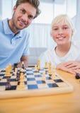 Ojciec bawić się szachy z jego chłopiec Zdjęcie Royalty Free