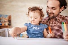 Ojciec Bawić się z Śliczną małą dziewczynką w domu Fotografia Royalty Free