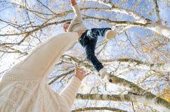 Ojciec bawić się z dzieckiem na outside Zdjęcia Stock