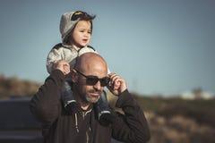 Ojciec bawić się z jego małym synem zdjęcia royalty free