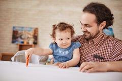Ojciec bawić się z małą córką Obrazy Royalty Free