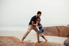 Ojciec bawić się z synem na plaży Zdjęcia Royalty Free