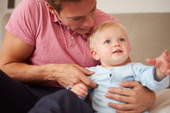 Ojciec Bawić się Z Młodym synem Indoors Fotografia Stock
