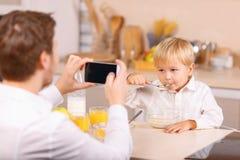 Ojciec bierze zdjęcie jego dzieciak Zdjęcia Stock