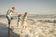 Ojciec, córka i syn bawić się na plaży, fotografia royalty free