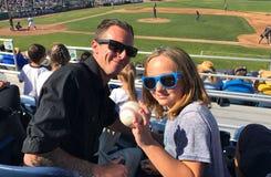 Ojciec córki chwyta komarnicy piłki baseballa gra Fotografia Stock