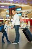Ojciec córki lotnisko zdjęcia royalty free