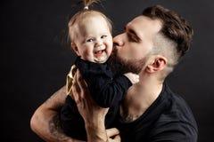 Ojciec całuje uroczego dziecka obrazy royalty free