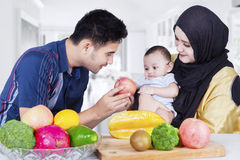 Ojciec daje jabłka jego dziecko Obraz Royalty Free