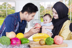 Ojciec daje jabłka mały syn Fotografia Royalty Free