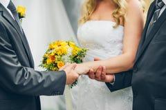 Ojciec daje jego córki ręce fornal przy ślubnym cerem obrazy stock