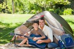ojciec gitara jego bawić się syn zdjęcia stock