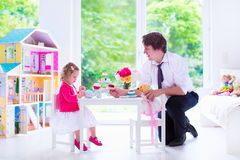 Ojciec i córka bawić się lali herbacianego przyjęcia Obrazy Stock