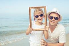 Ojciec i córka bawić się na plaży obraz royalty free