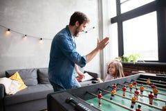 ojciec i córka bawić się stołowego futbol w domu fotografia royalty free