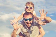 Ojciec i córka bawić się w parku przy dnia czasem obrazy royalty free