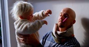 Ojciec i córka bawić się wpólnie 4k zdjęcie wideo