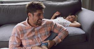 Ojciec i córka bawić się wpólnie na kanapie 4k w domu zbiory wideo