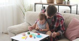 Ojciec i córka bawić się z plasteliną zbiory