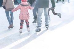 Ojciec i córka jeździć na łyżwach na lodowisku podczas zima wakacji zdjęcie stock