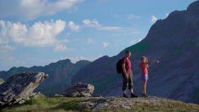 Ojciec i córka jesteśmy podróżni w górach zbiory wideo