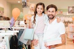 Ojciec i córka jesteśmy w ubrania sklepie centrum handlowe fotografia royalty free