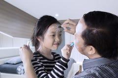 Ojciec i córka ma ilość czas bawić się z twarz obrazem Zdjęcie Stock