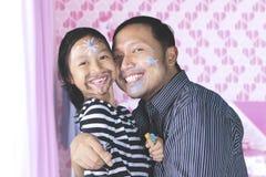 Ojciec i córka ma ilość czas bawić się z twarz obrazem Obrazy Stock