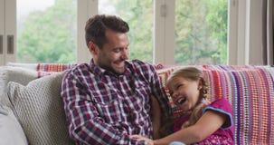 Ojciec i córka ma zabawę w wygodnym domu 4k zbiory wideo