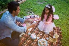 Ojciec i córka ma zabawkarskiego herbacianego przyjęcia Zdjęcie Stock