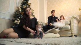 Ojciec i córka na kanapa synu na pouffe i matce zbiory