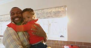 Ojciec i córka obejmuje each inny w kuchni 4k zbiory wideo