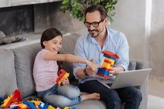 Ojciec i córka ogląda podajnika setu gromadzić tutorial Fotografia Stock