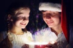 Ojciec i córka otwieraliśmy pudełko z prezentem obrazy royalty free